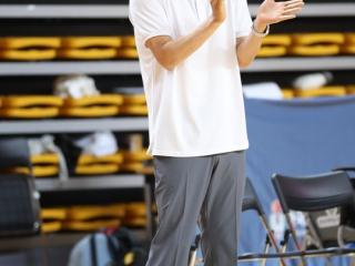 박수를 치며 선수를 응원하는 중앙대 '양형석'감독
